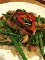 Lachs auf Bohnengemüse und Quinoa