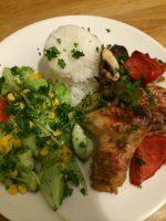 Hähnchenflügel aus dem Ofen mit buntem Salat